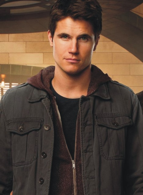 Robbie Amell 01