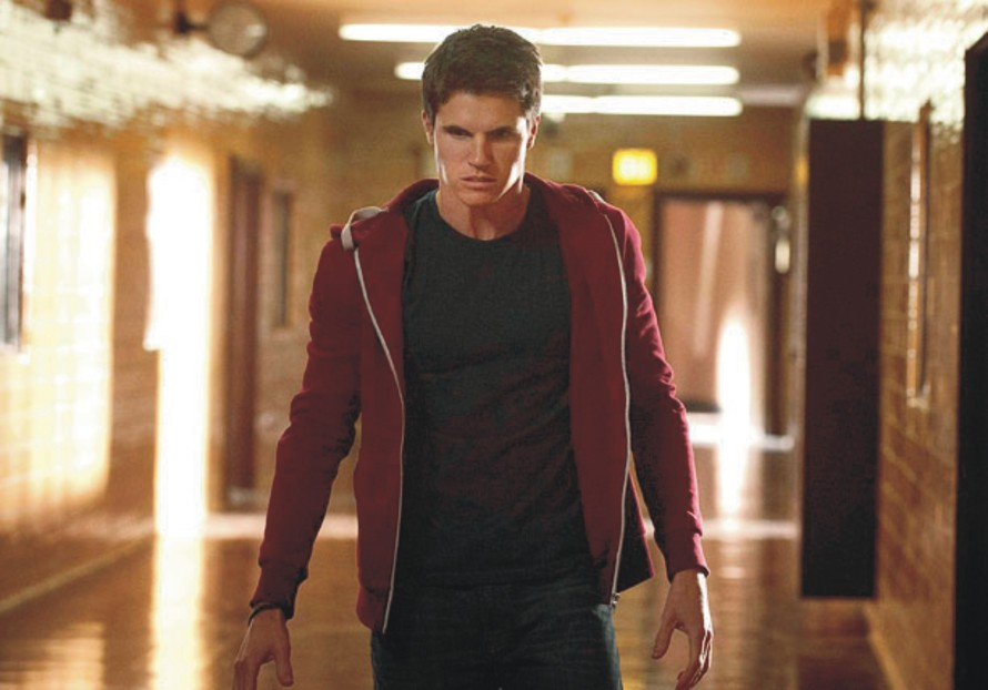Robbie Amell 02