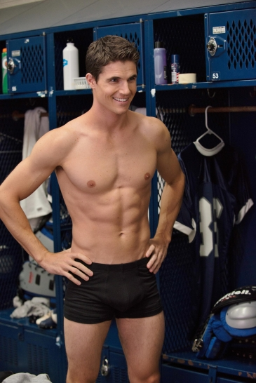 Robbie Amell 05